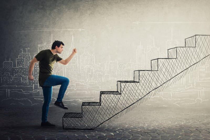 Мотивированная и уверенная спешность молодого человека для того чтобы взобраться с большим воображением лестница стоковые изображения