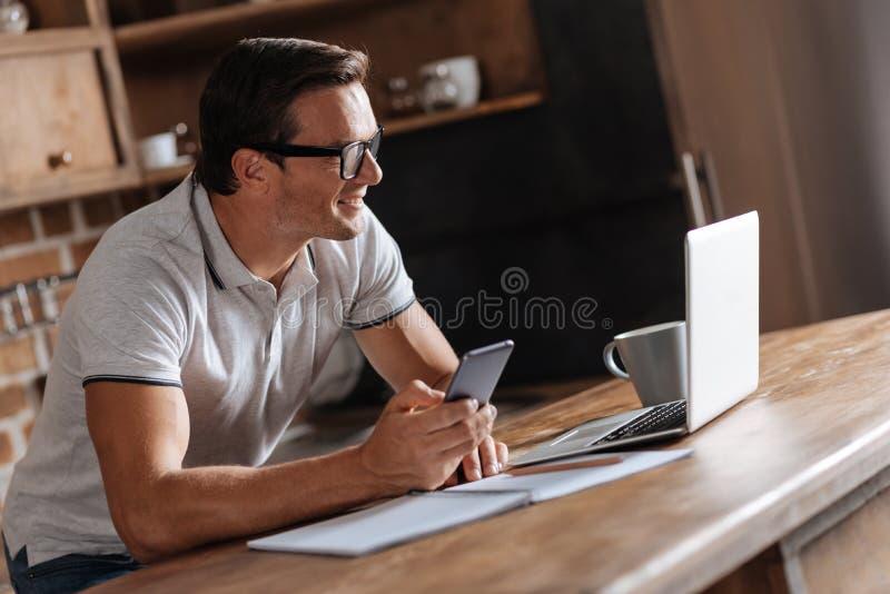 Мотивированный умный человек смотря данные стоковые фото