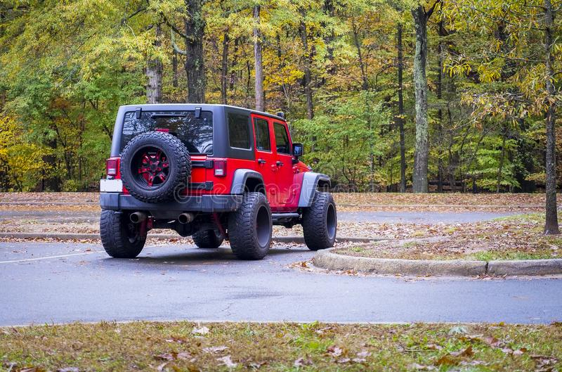 Мотовездеход 4WD припаркованный в полесье стоковые изображения rf