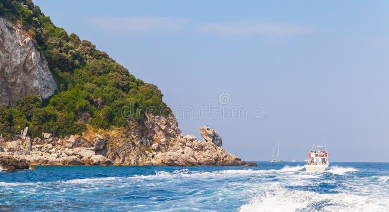 Download Моторка идет около утесов острова Капри, Италии Стоковое Изображение - изображение насчитывающей известно, горизонт: 81800045