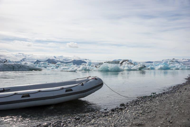 Моторка на переднем плане на лагуне Jökulsarlon ледника стоковое изображение rf