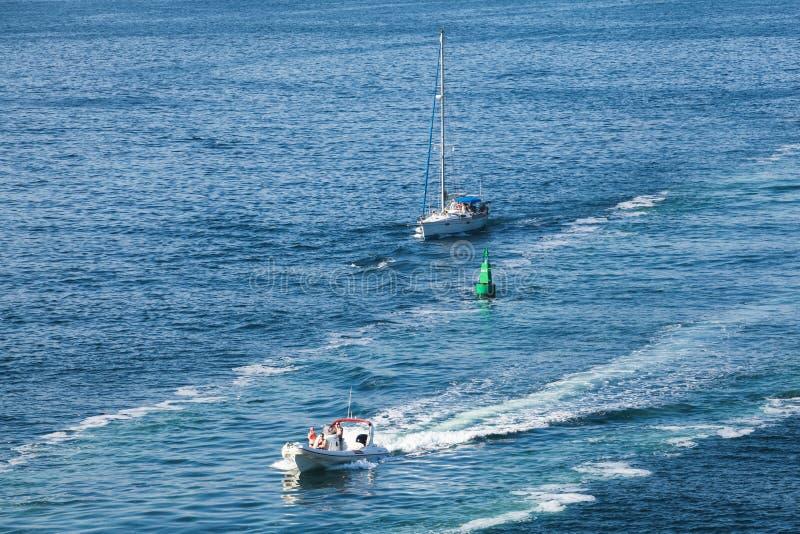 Моторная лодка удовольствия и яхта плавания стоковые изображения rf