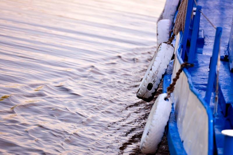 Моторная лодка взгляда со стороны старая стоковые фотографии rf