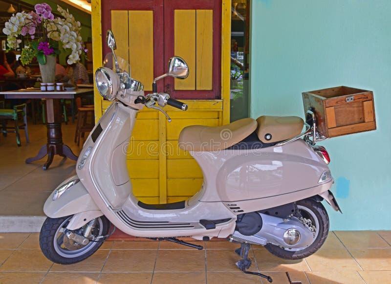 Download Мотор Vespa припаркованный перед кафем Стоковое Фото - изображение насчитывающей коммерчески, кафе: 40586424