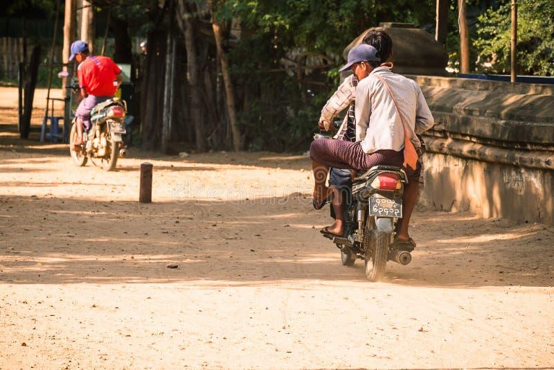 Мотоциклы езды людей Мьянмы в археологической зоне древнего храма r стоковое фото rf