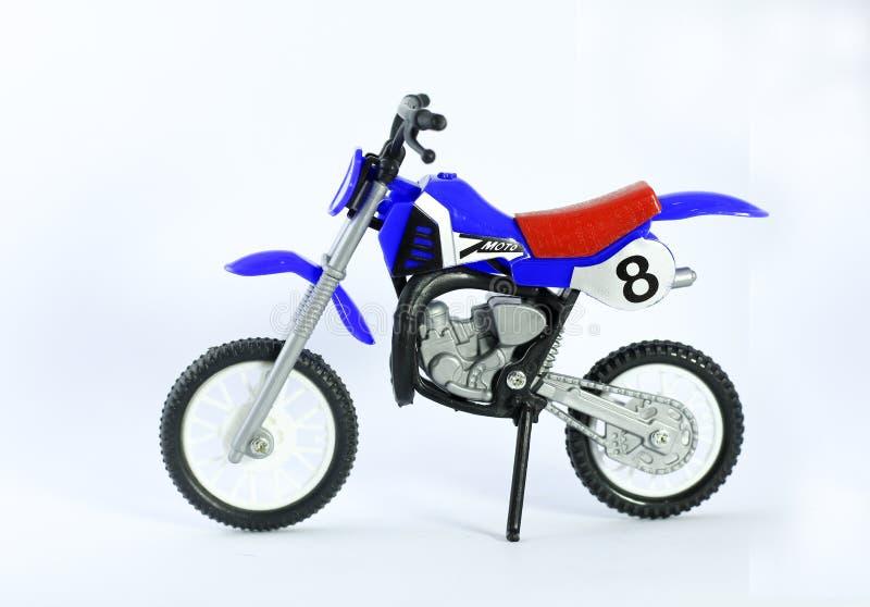 Мотоцикл игрушки над белой предпосылкой стоковое фото rf