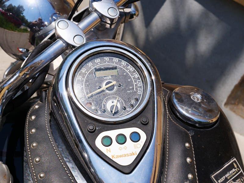 Мотоцикл классики Кавасаки Vulcan 900 с приборной панелью установленной танком стоковая фотография