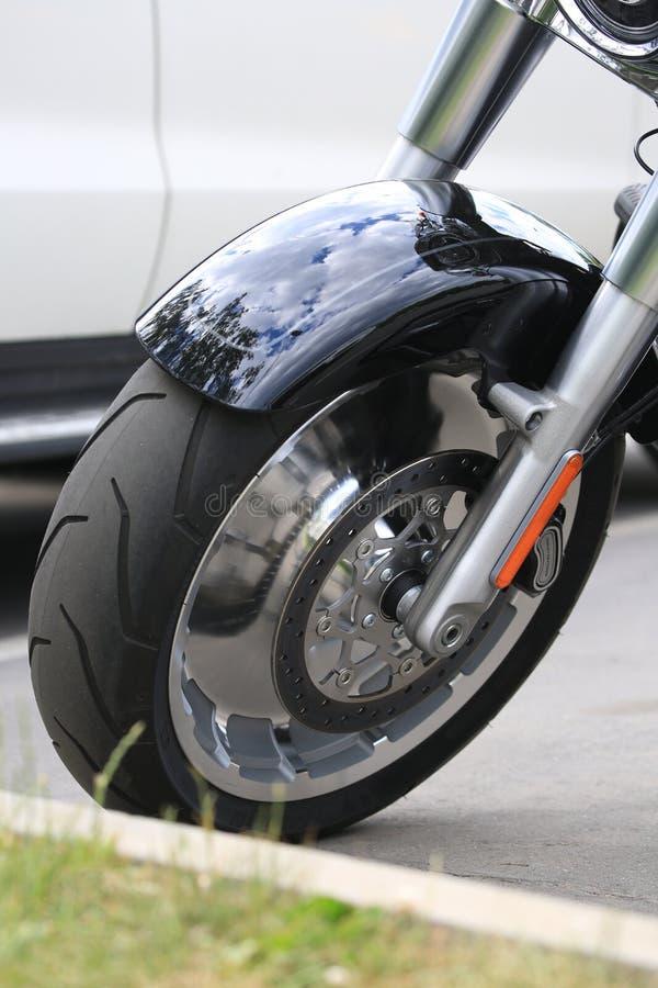 Мотоцикл мальчика Harley-Davidson жирный Переднее колесо с обвайзером : стоковые изображения rf