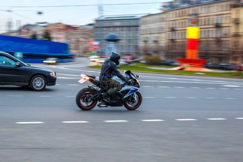 Мотоцикл на дороге, управляя на асфальте на скорости стоковое изображение rf