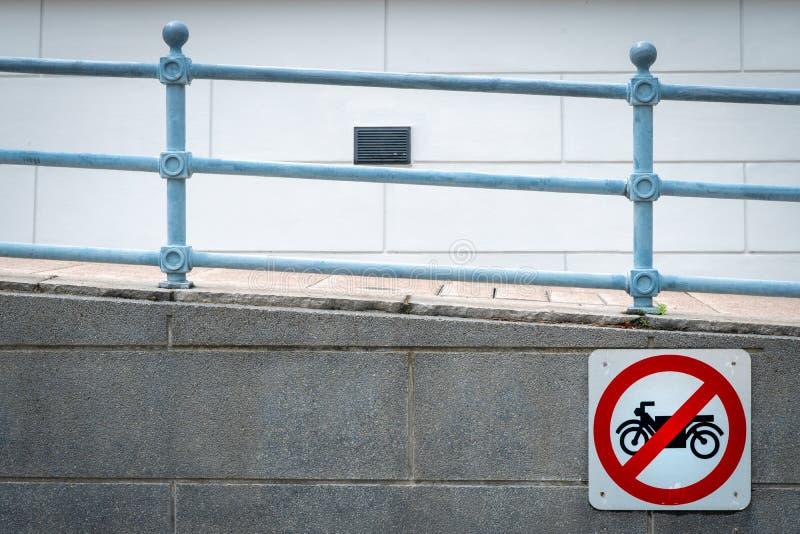 Мотоцикл отсутствие знака входа установить перед тоннелем под дорогой Дорожный знак запретить мотоцикл Рестриктивные знаки Пандус стоковые изображения