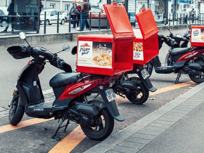 мотоцикл поставки Pizza Hut припаркованный на улице стоковое фото rf