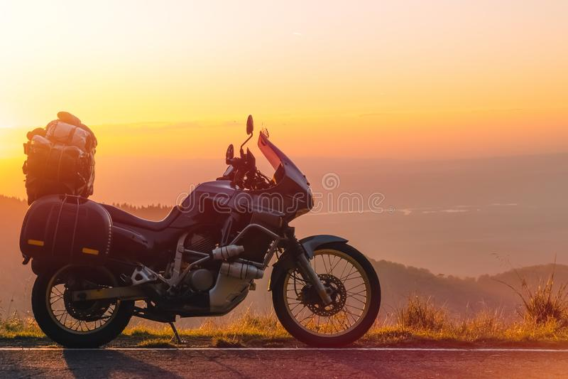 Мотоцикл приключения, мотоцикл силуэта touristic горные пики в темных цветах захода солнца скопируйте космос Концепция  стоковое изображение rf