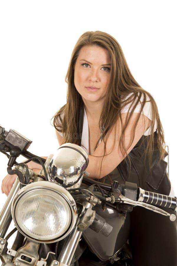 Мотоцикл жилета черноты женщины смотря на серьезный конец стоковые изображения rf