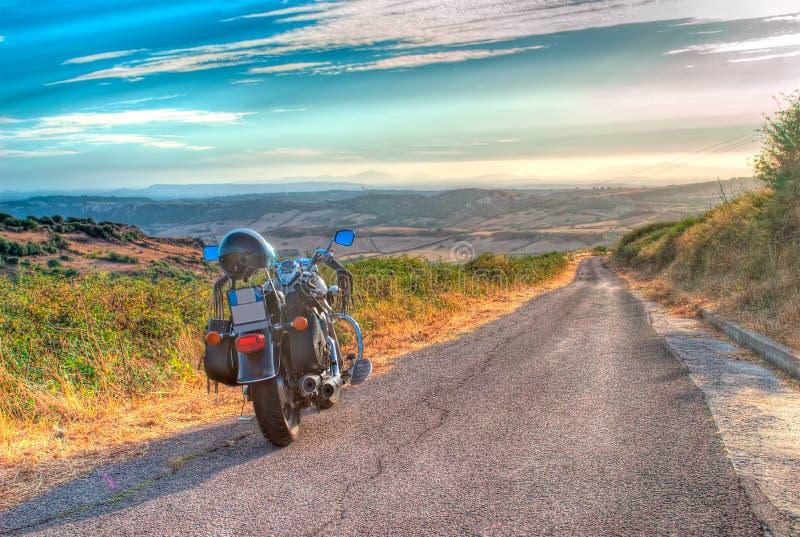 Мотоцикл на краю дороги стоковые изображения rf