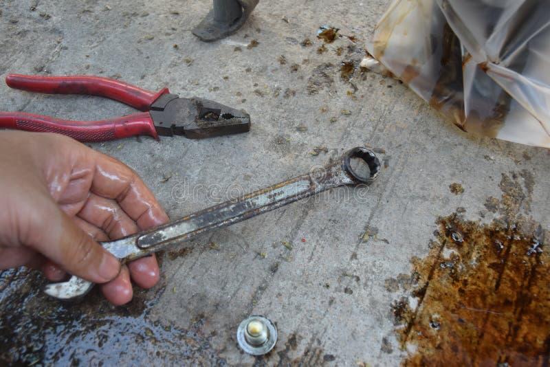 Мотоцилк вручную используя ключ для ремонтировать стоковые фотографии rf