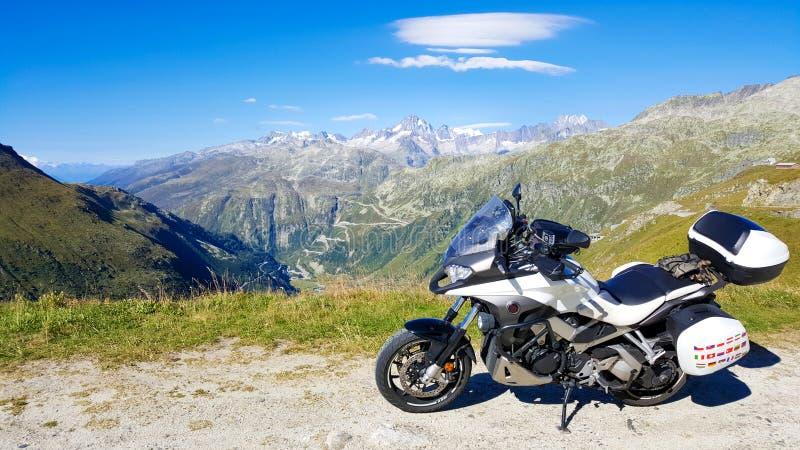 Мотоцилк на верхней части горной вершины Швейцарии в лете стоковые фото