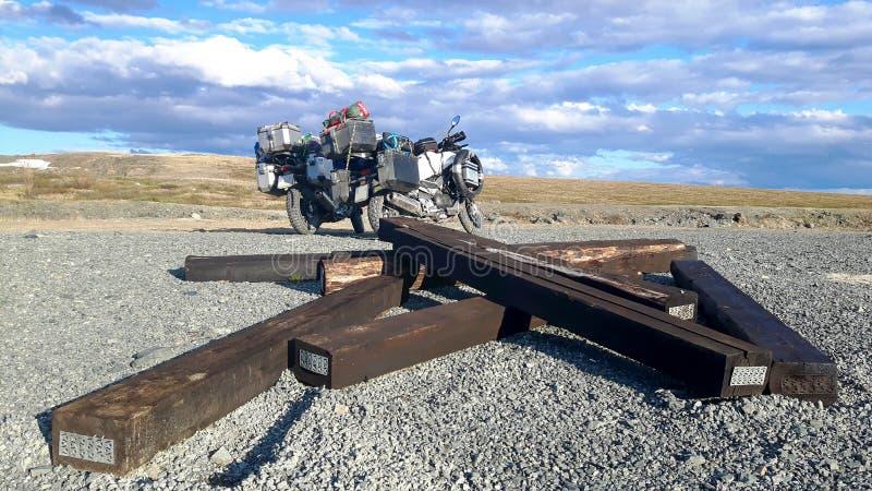 2 мотоцилк на севере Сибиря в России стоковые фото