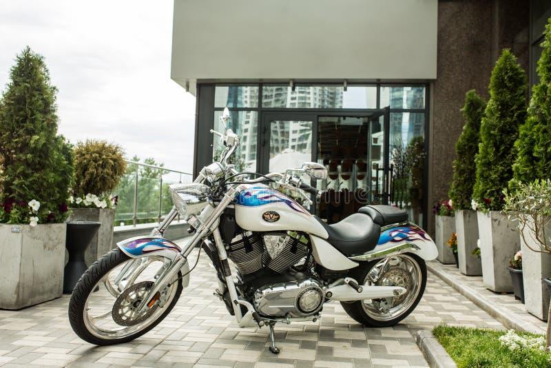Мотоцилк внешнее на переулке перед зданием Покрытый хромом сияющий мотоцикл под открытым небом стоковая фотография