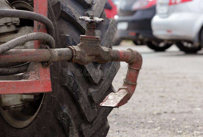 Моча сопло, колесо и клапан трактор для водопотребления для орошения в улицах города стоковое изображение rf