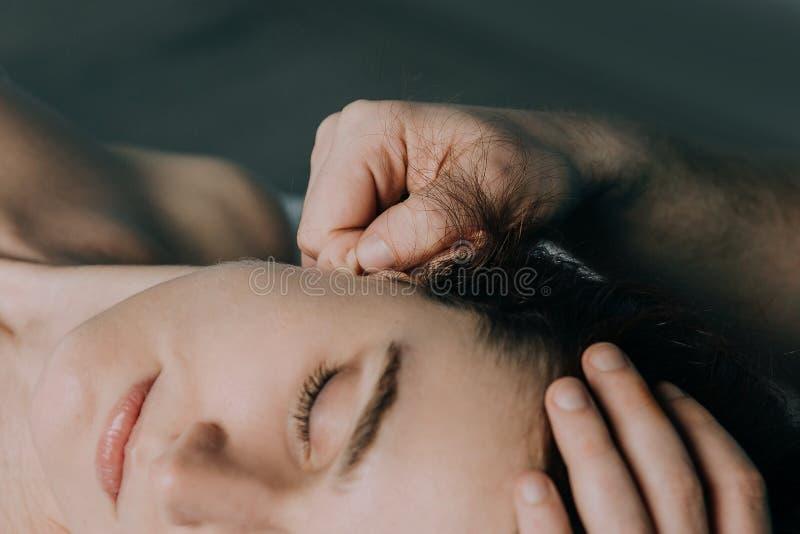 Мочка уха женщин массажа стоковое изображение rf