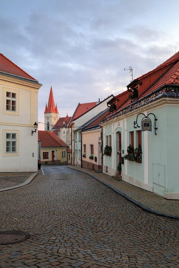Мощенная булыжником улица в историческом центре города на туманный зимний день Городок Znojmo, чехия стоковая фотография