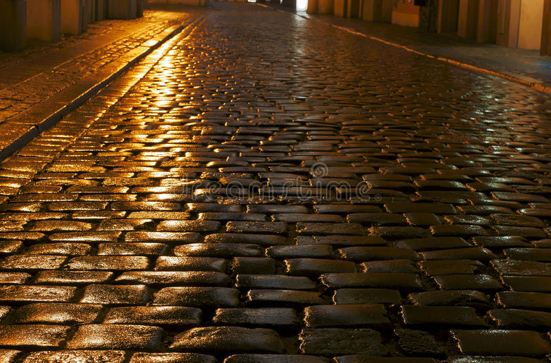 Мощенная булыжником улица в дожде стоковые фотографии rf