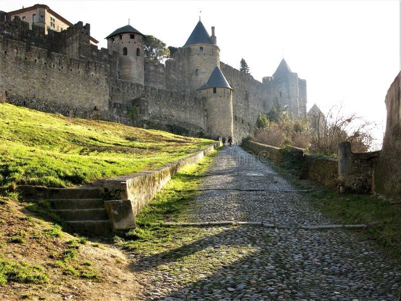 Мощенный булыжником путь причаливая старому огороженному городу Каркассона, Франции стоковые фото