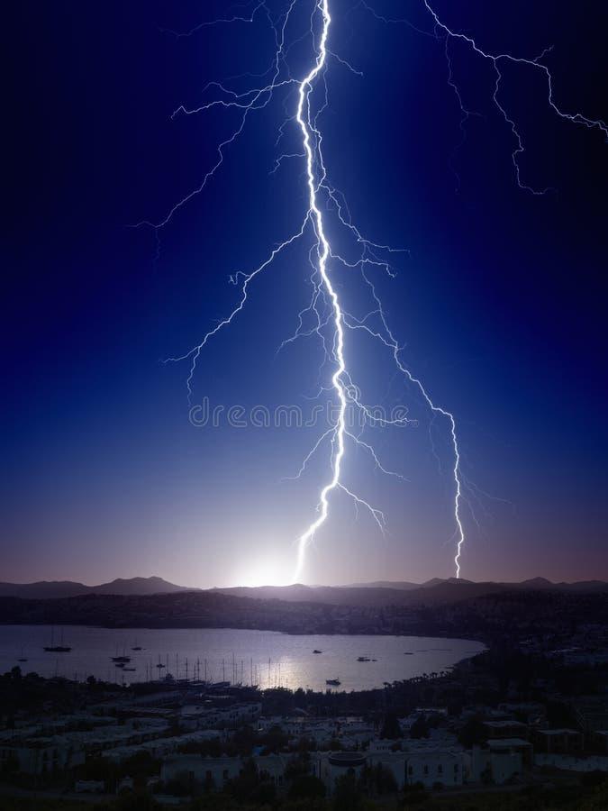Мощная молния около малого города стоковая фотография