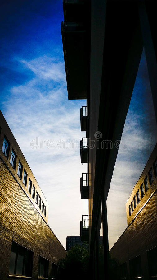 Мощное отражение неба и окна здания стоковое фото