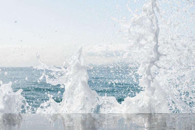 Мощные волны моря пенясь, ломая против скалистого берега текстурированное море Афиныы, Греция стоковая фотография