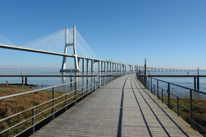 Download мощёная дорожка моста стоковое изображение. изображение насчитывающей геометрия - 487467