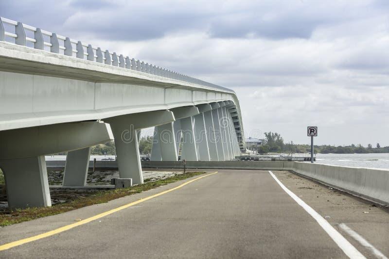 Мощёная дорожка и мост Sanibel в Флориде стоковые изображения rf