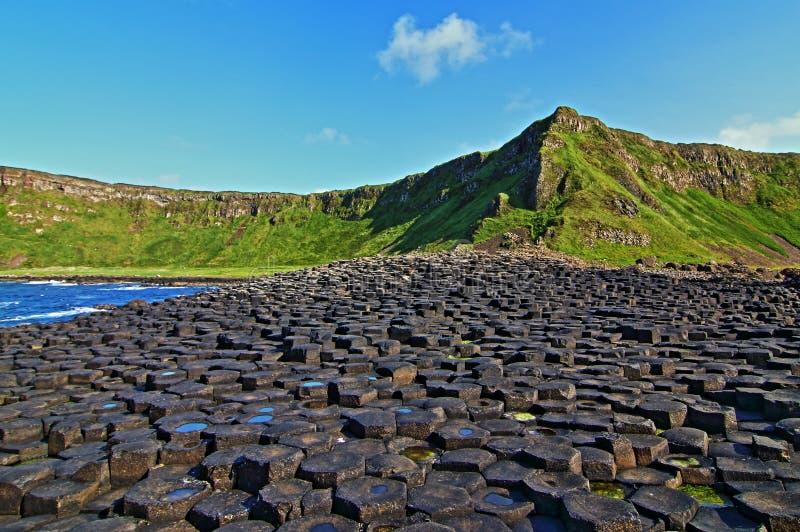 Мощёная дорожка Giants на солнечный ирландский день стоковое изображение