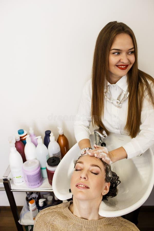 Моя волосы в салоне красоты стоковые фото