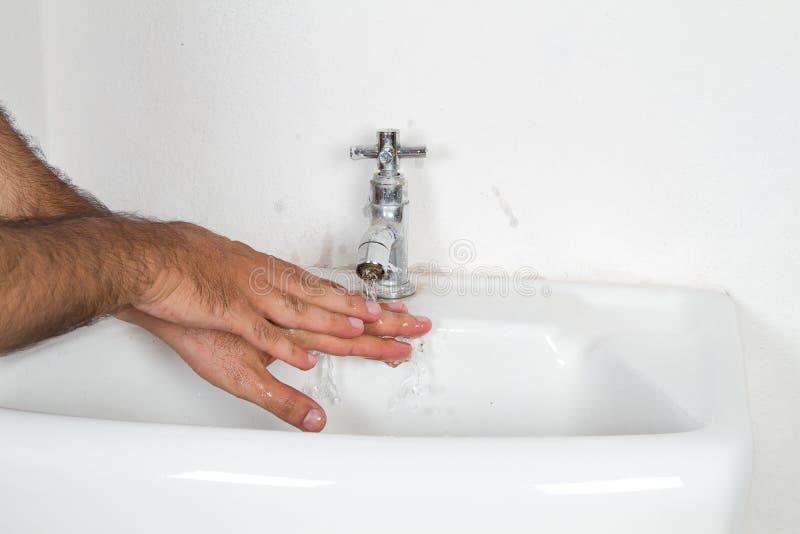 Моя руки в воде из крана стоковые изображения rf