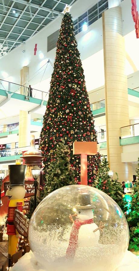 Мол Абу-Даби рождественской елки деревни зимы Санты стоковые фотографии rf