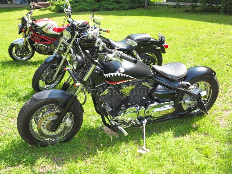 21 05 2016, Молдавия, Chisinev Изготовленный на заказ черный мотоцикл b тяпки стоковое изображение rf