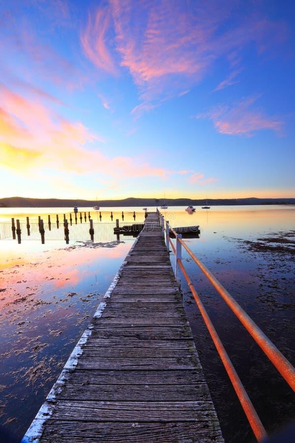 Мола захода солнца лета и бассейн Yattalunga Австралия стоковое изображение rf