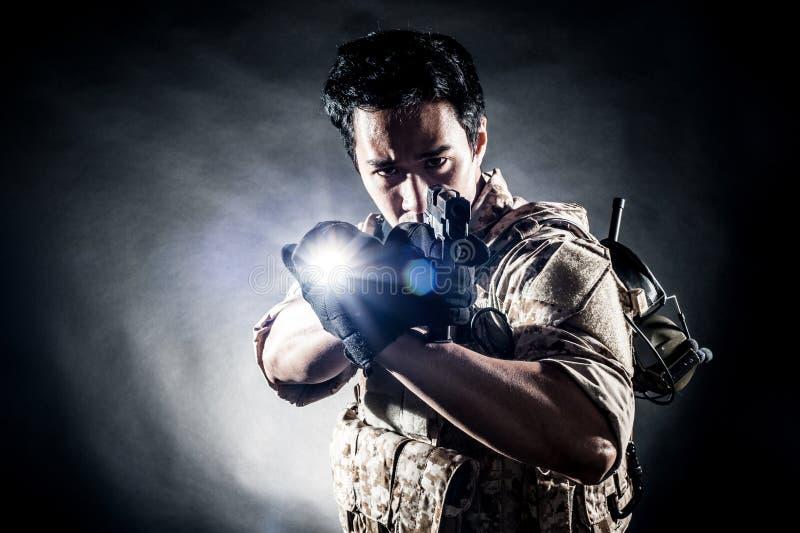 Мода оружия владением человека солдата стоковая фотография