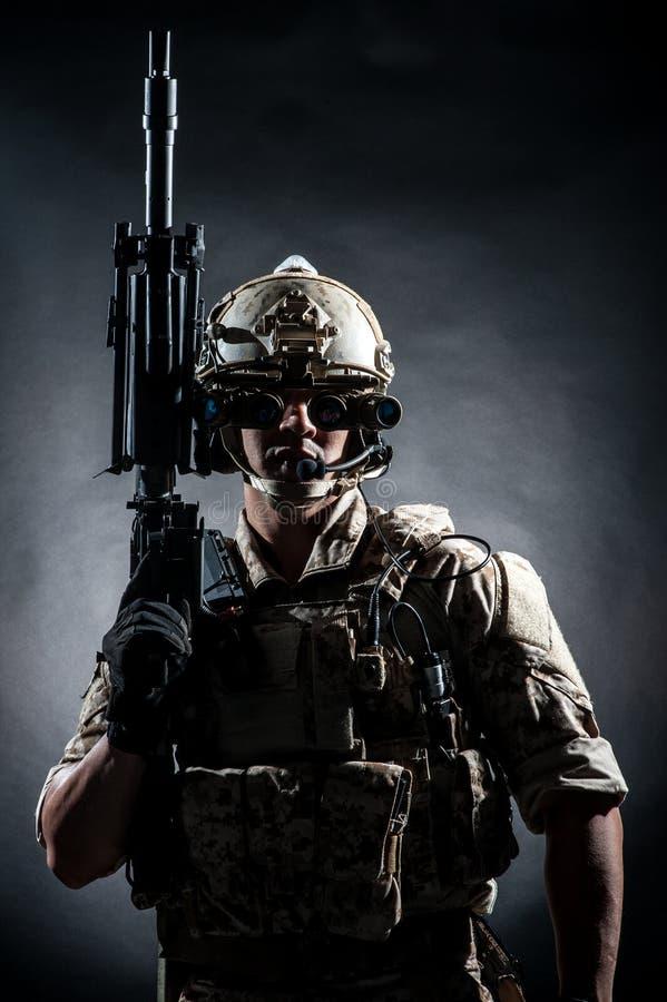 Мода стиля пулемета владением человека солдата стоковое изображение rf