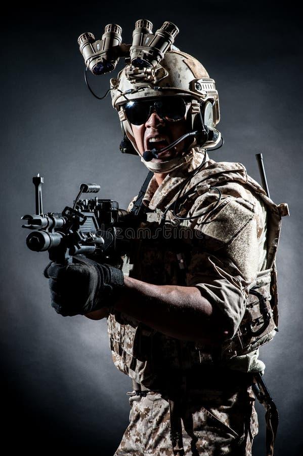Мода стиля пулемета владением человека солдата стоковое фото rf