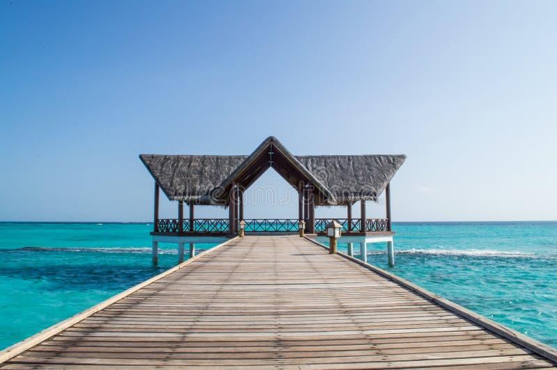 Мола с хатой пляжа стоковое изображение rf