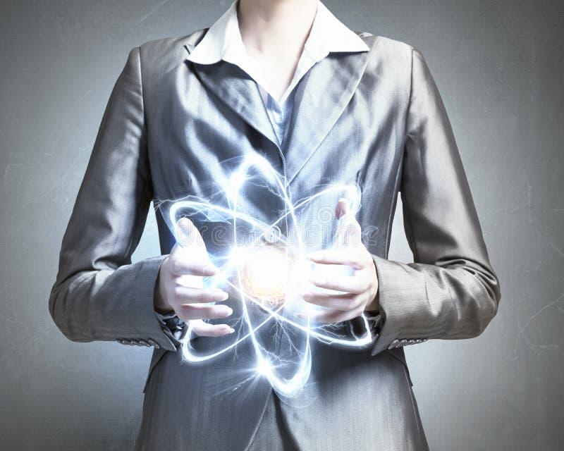 Молекула атома в руках стоковое изображение
