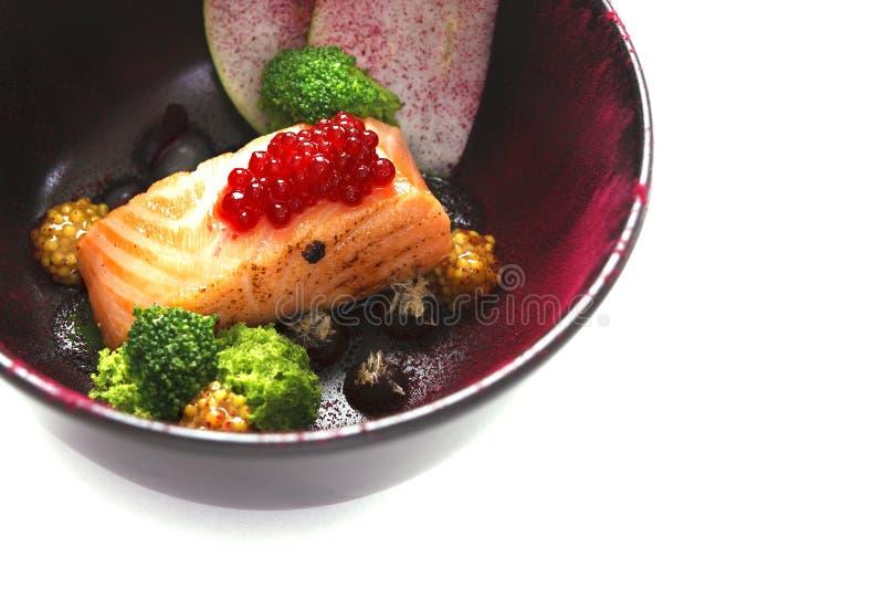 Молекулярные современные рыбы красного цвета кухни стоковое фото rf