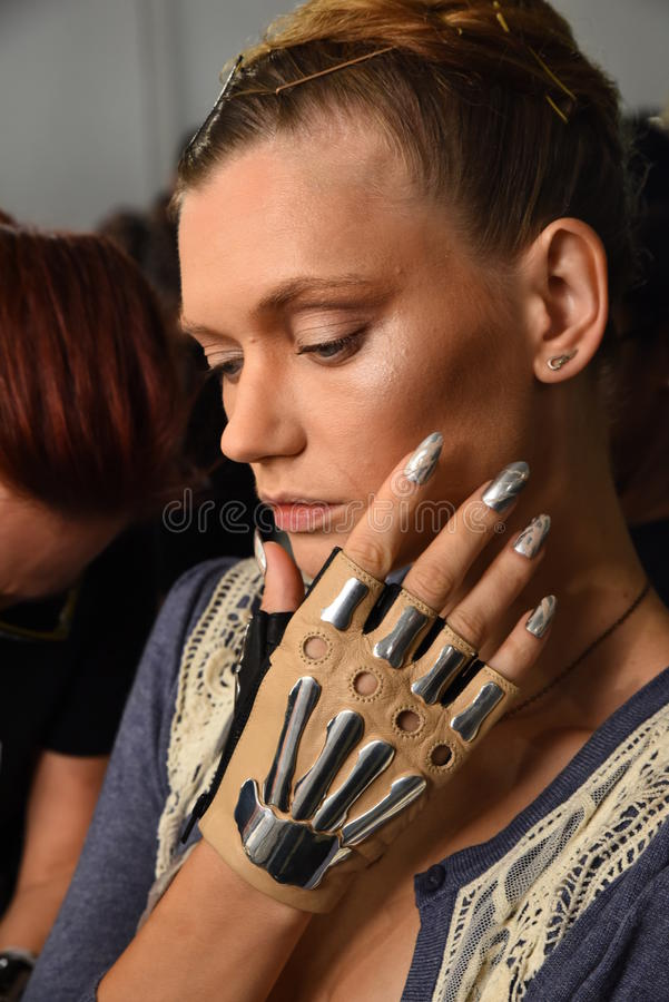 Модели подготавливают кулуарное во время недели моды Blonds в сентябре 2016 СДЕЛАННОЙ стоковое фото rf