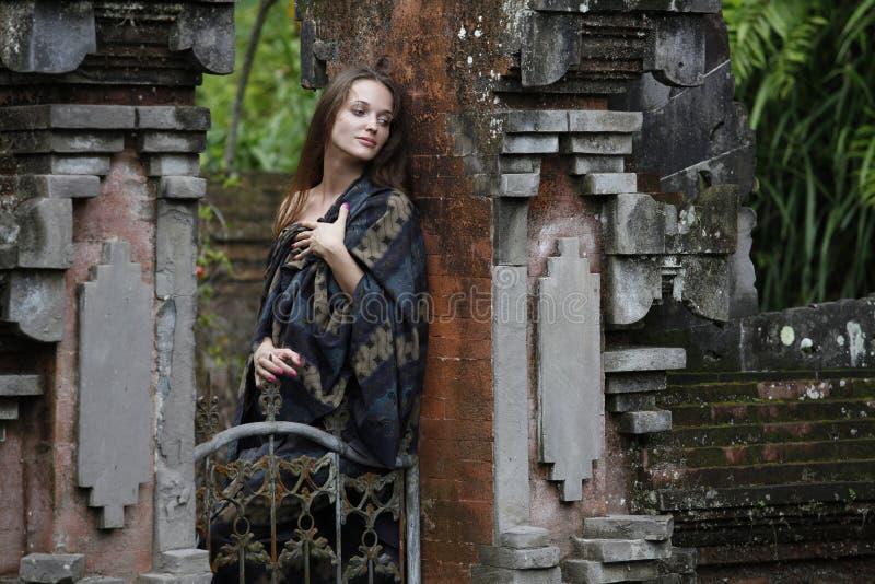 Модельная женщина в индусском виске воды стоковые фотографии rf