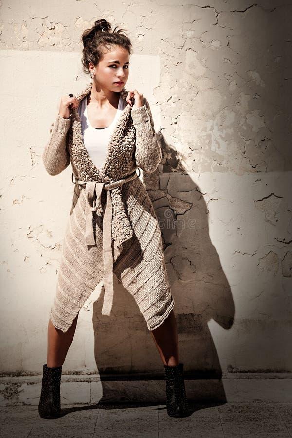 Модельная предпосылка grunge женщины Протягиванная нога Свитер шерстей стоковое фото rf