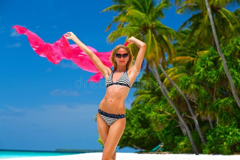 Модель бикини на пляже стоковая фотография rf