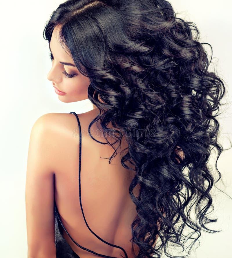 Модель девушки портрета красивая с длинной чернотой завила волосы стоковые изображения rf