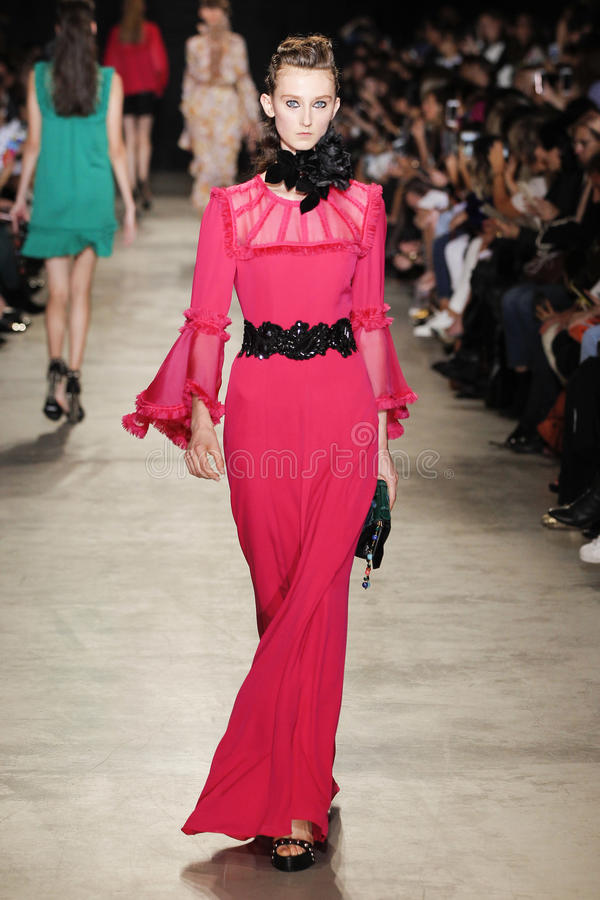 Модель идет взлётно-посадочная дорожка во время выставки Эндрью GN как часть недели моды Парижа стоковое изображение rf